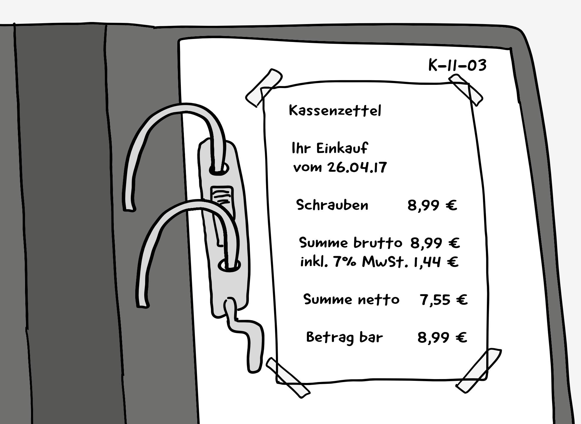 Eine Detail-Darstellung von einem aufgeklappten Akten-Ordner. Auf dem obersten Blatt ist ein Kassenzettel ordentlich mit Klebe-Streifen befestigt. Daneben steht die Beleg-Nummer: K-11-03. Auf dem Kassenzettel steht: Ihr Einkauf vom 26.04.17, Schrauben 8,99 €, Summe brutto 8,99 €, inkl. 7% MwSt. 1,44 €, Summe netto 7,55 €, Betrag bar 8,99 €.